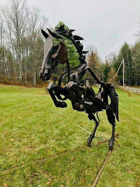 sciulpture en plein air: A sculpture of a wild horse